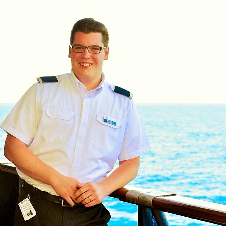 Martin Schenck (25) in Dienstuniform als Gästebetreuer auf der Mein Schiff 2