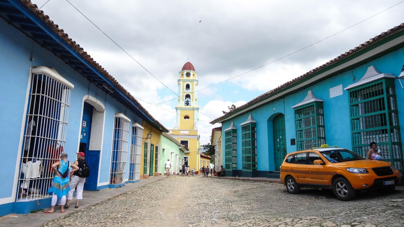 Typische Kopfsteinpflaster-Gasse in Trinidad