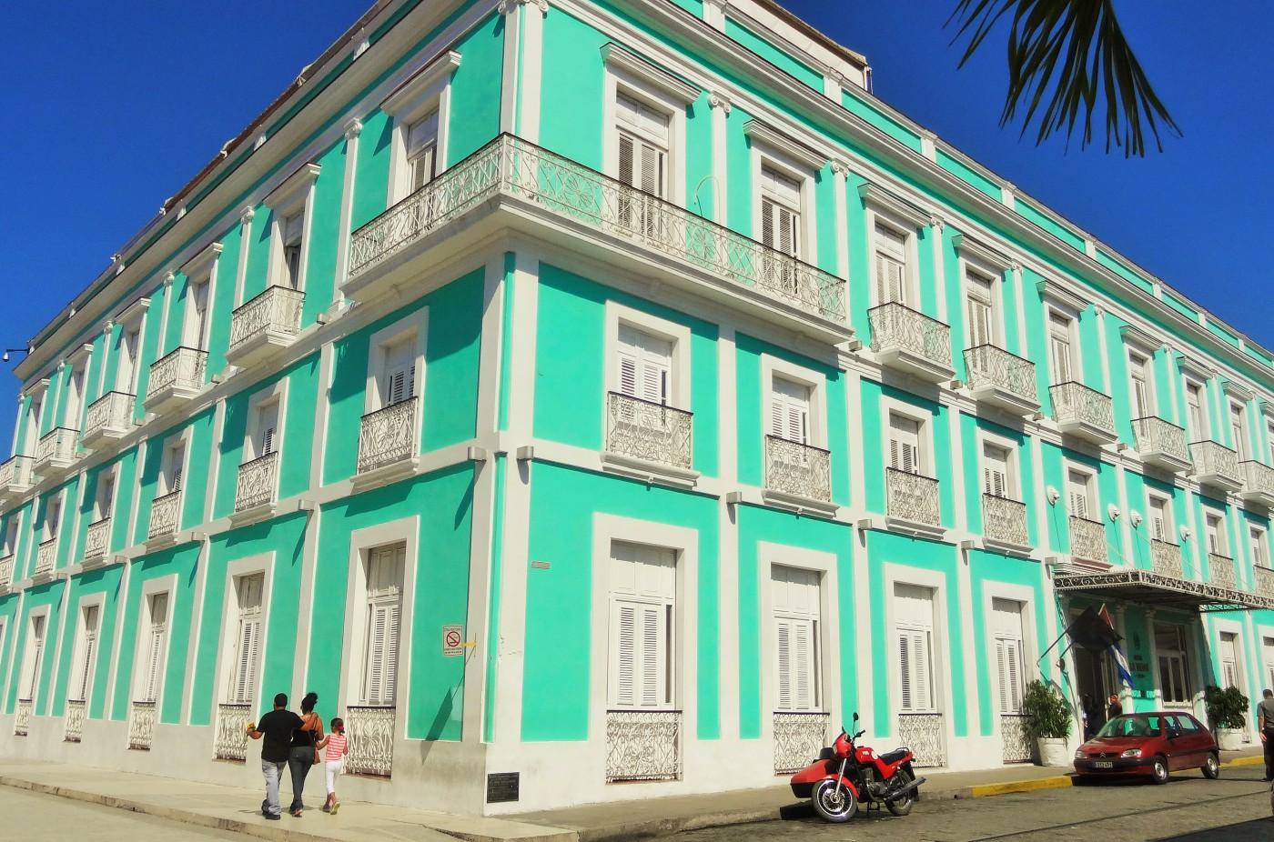 Pastellfarbene Häuser am Boulevard in Cienfuegos