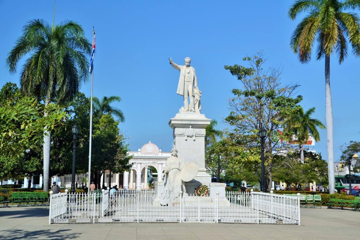 Der Parque Jose Marrti mit der Statue und dem Triumphbogen im Hintergrund