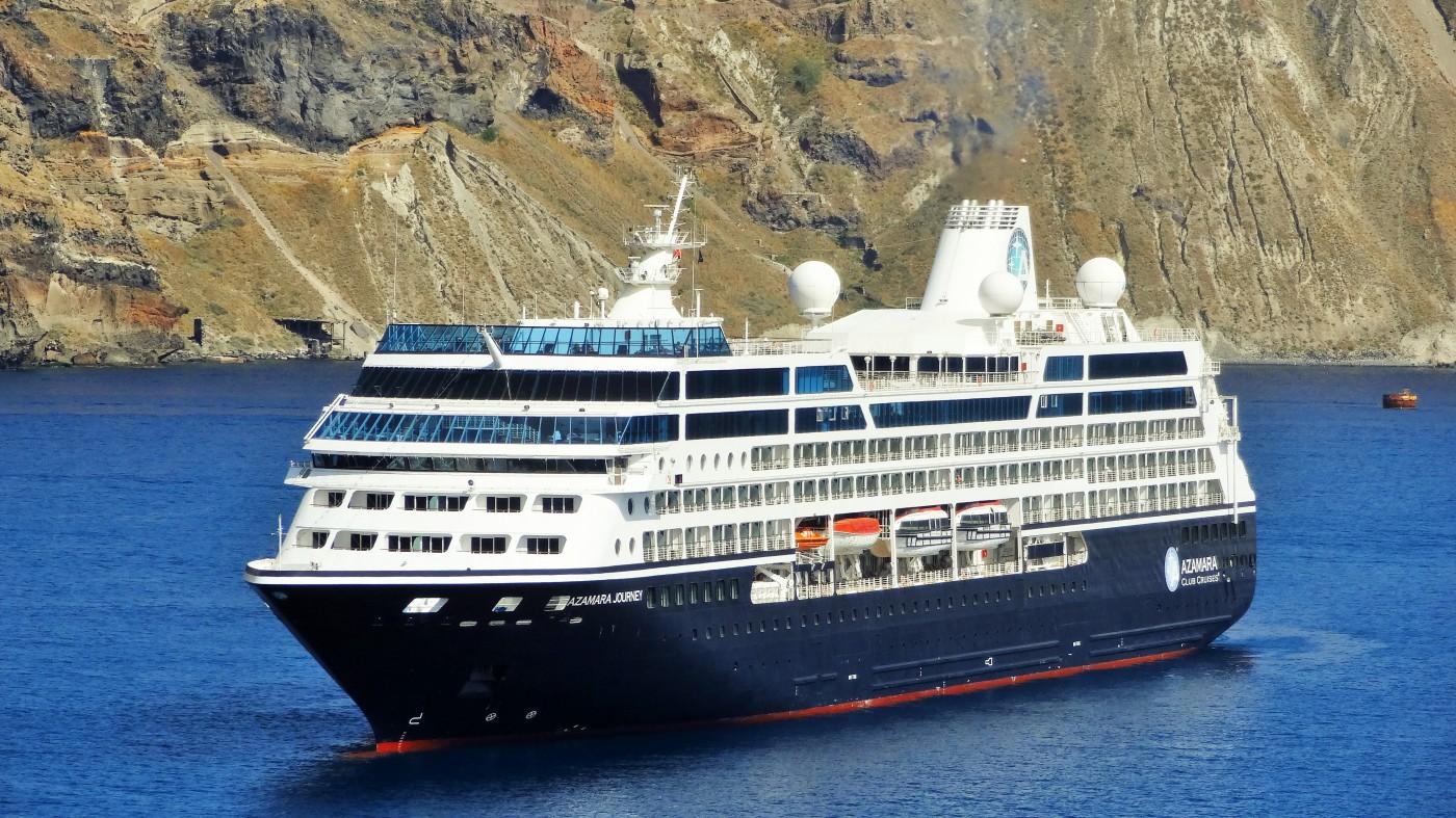 Die Azamara Journey liegt vor Anker in Santorini