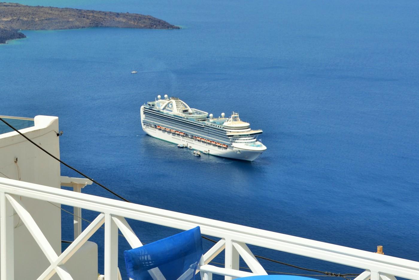 Santorini Blick vom Kraterrand auf die Royal Princess Copyright S. Schaeffer