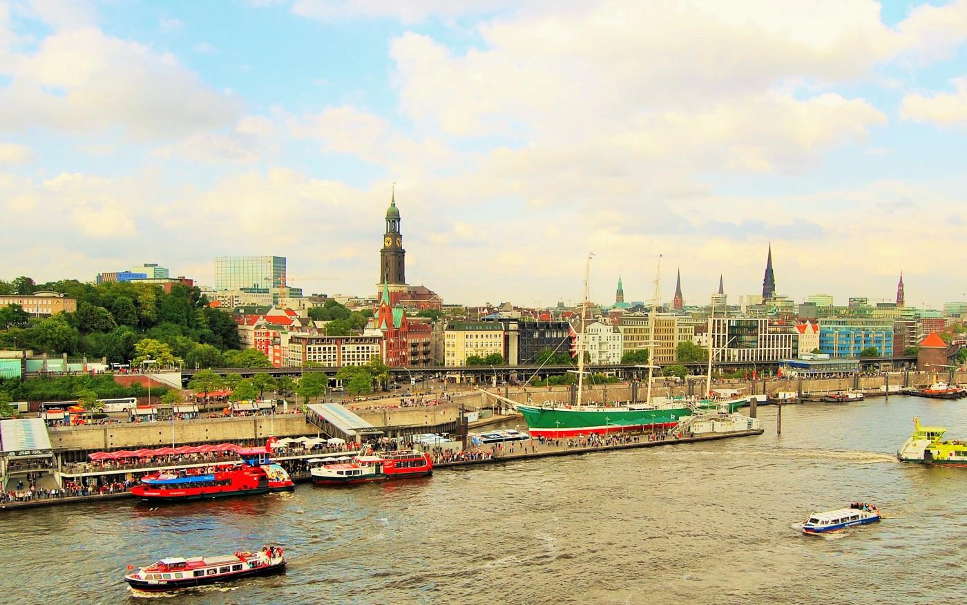 Hafen Hamburg - Blick auf den Michel