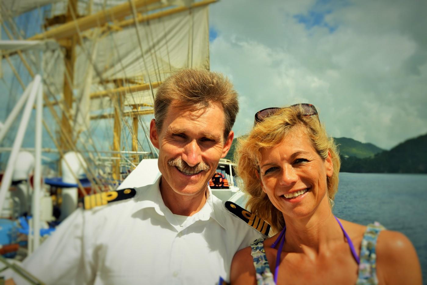 Der russische Kapitän Sergey mit Susanne von den Kreuzfahrtbloggern