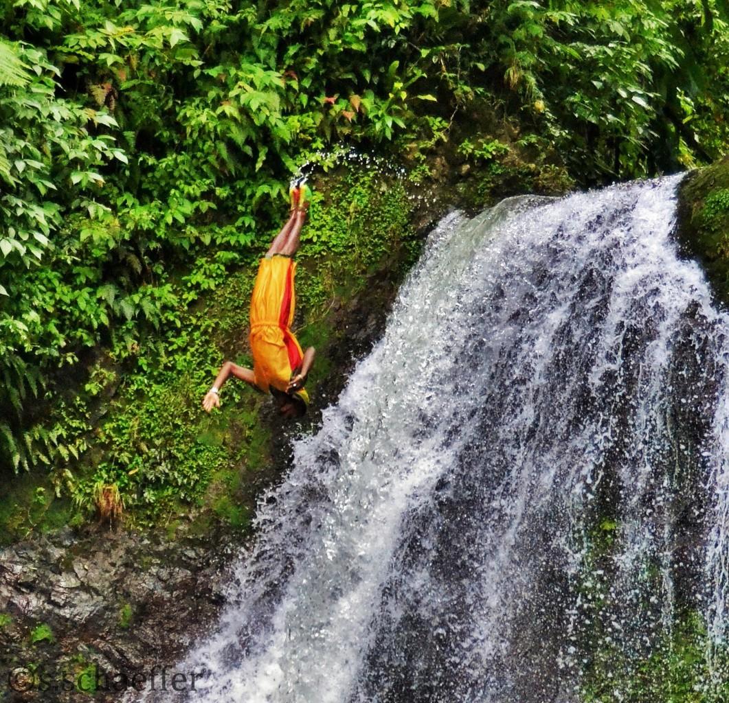 Grenada mitten im Tropenwald: Salto rückwärts in das Becken des Wasserfalls