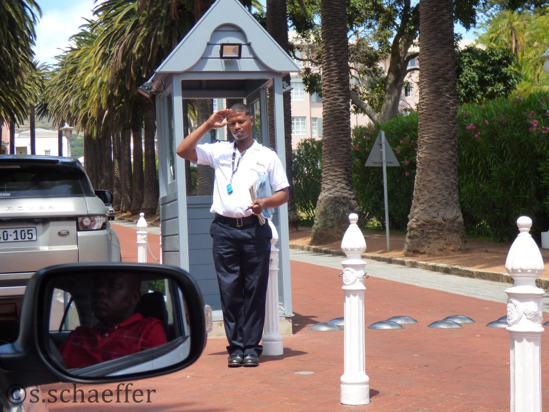 Bewacht: Die Einfahrt zum Belmond Mount Nelson Hotel