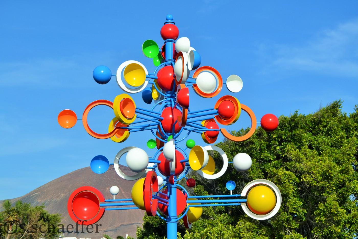 Kunstwerk v on Manrique beim Eingang seiner Stiftung