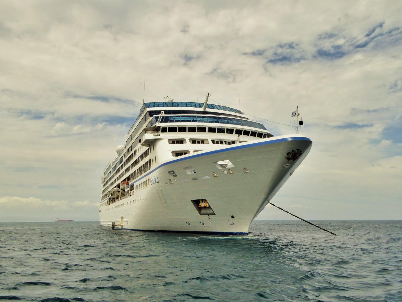 Die Oceania Nautica liegt vor der südafrikanischen Küste