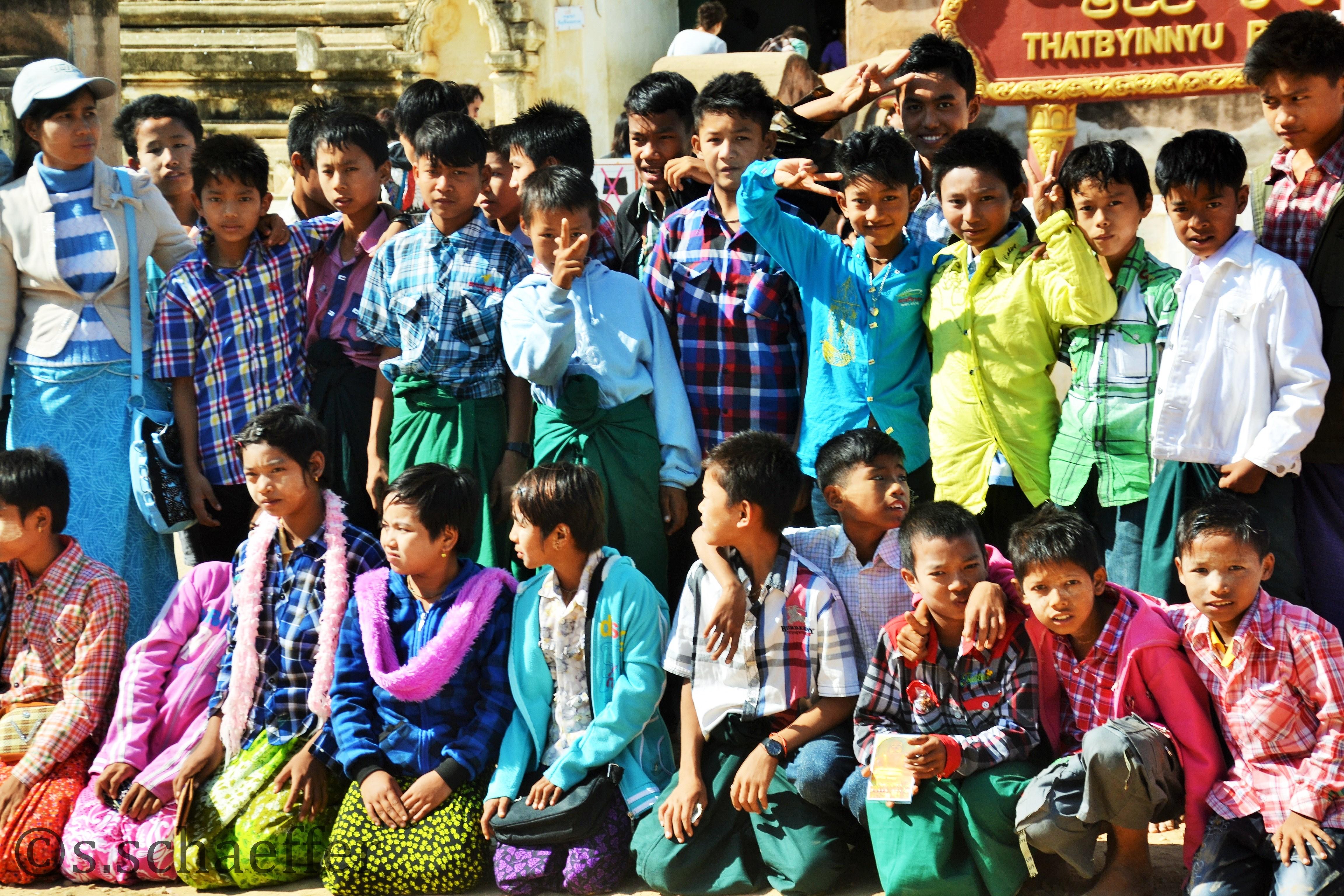 Bagan , Kinder besuchen Tempel