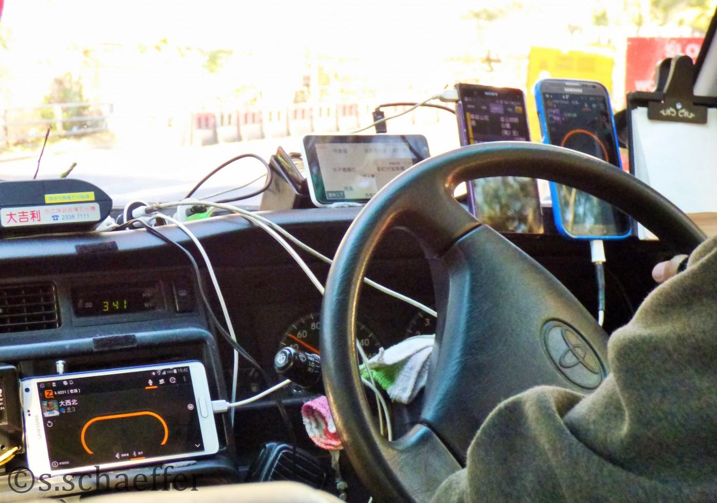 Hartes Business: Taxifahrer haben bis zu 5 Handies im Wagen, um keine Fahrtangebote zu verpassen.