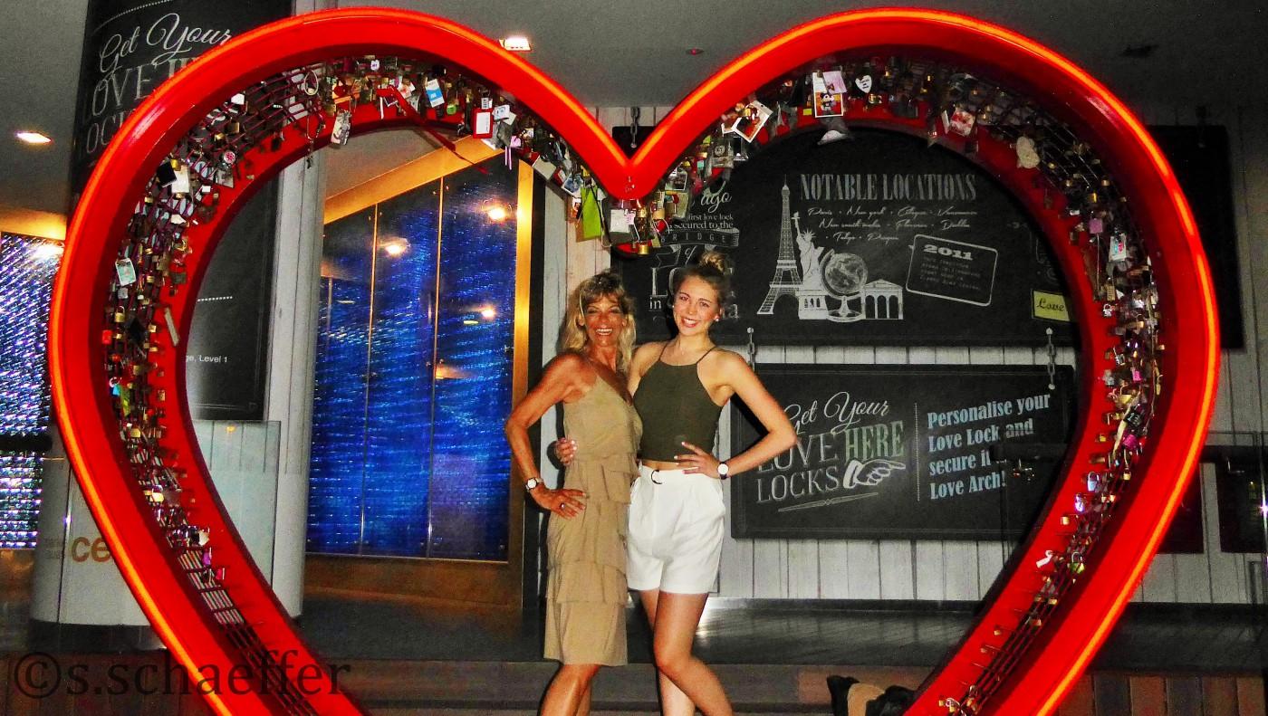 Susanne und Maya haben ein Herz für Singapore