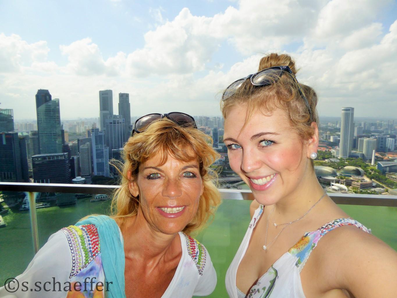 """Maya mit Susanne über den Dächern von Singapur. Maya ist auf den Spuren von """"Singapur für junge Leute"""""""