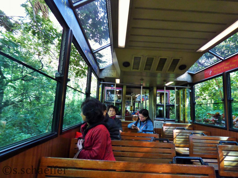 Die Peak Tram führt in weniger als zehn Minuten auf den Peak