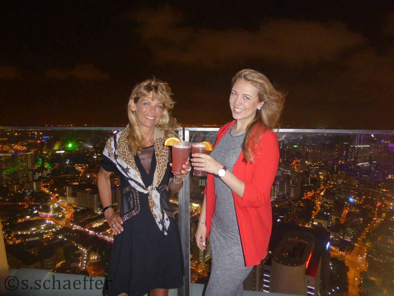 Maya und Susanne auf der höchsten Rooftop-Bar Singapurs, dem 1-Altitude